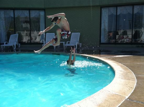 Quality Inn Central Denver: ninja pool play