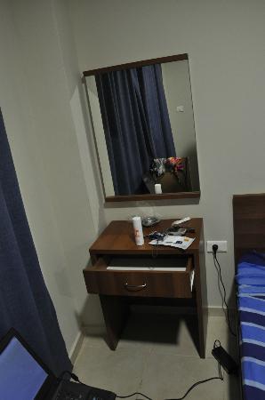 Aviv Spring Hostel: mirror & tiny table in the room