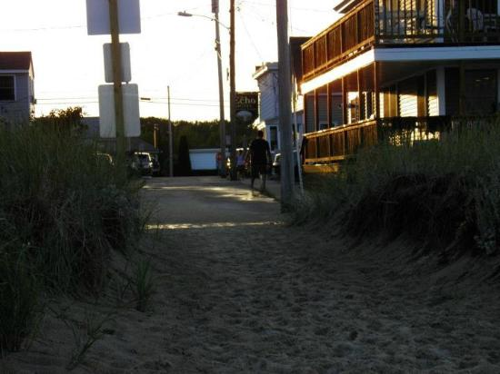 Echo Motel & Oceanfront Cottages: Just steps from the beach...
