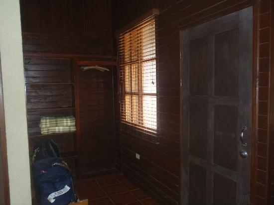 Buena Vista Lodge: Nice storage area by the front door