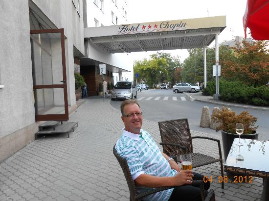 Vienna House Easy Cracow: enjoying drink in outdoor bar