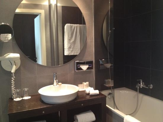 Hotel Jade - Manotel Geneva: attached bathroom