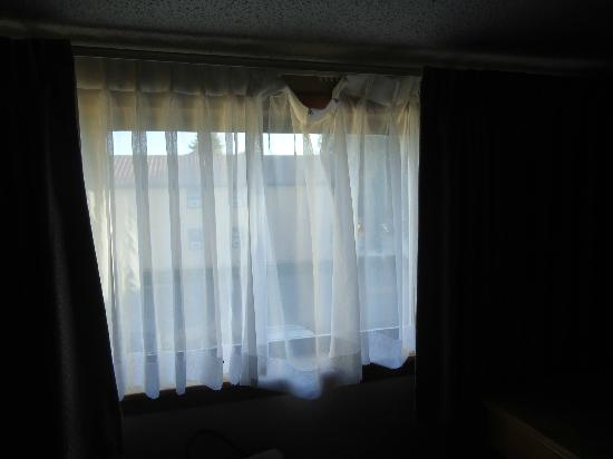 Quality Inn: Curtains