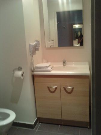 Residhome Appart Hotel Gergovia : une partie de la salle de bains