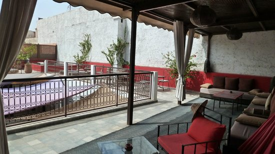 Riad Badi: The lounge area on the roof top terrace