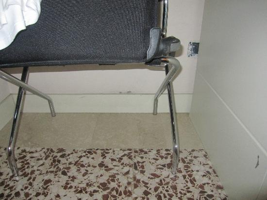 Hotel Novecento: Damp - room 107