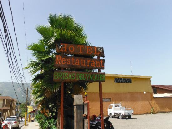 Hotel Brisas Del Yaque Jarabacoa: Sign at the entrance from the road