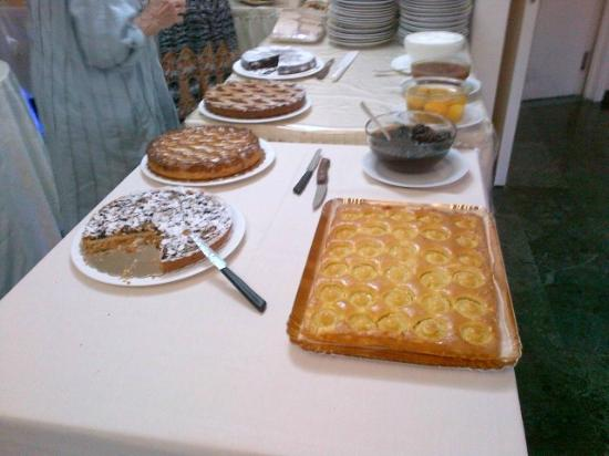 Hotel Atlantico: Cakes for breakfast!