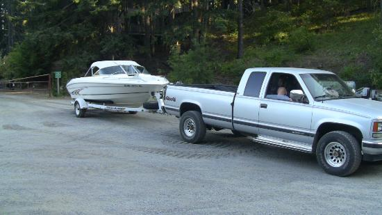 Cove Resort & Restaurant: Gary unloaded my boat from his tractor in the main parking lot for my ease of hookup