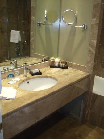 Sheraton Rhodes Resort: Becken im Badezimmer