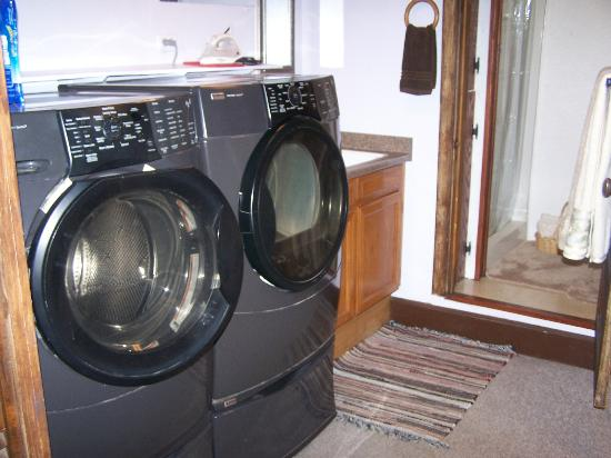 Shirley's VicTORy Inn: Basement bathroom & laundry