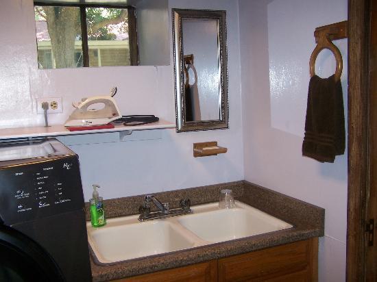 Shirley's VicTORy Inn: Basement bathroom