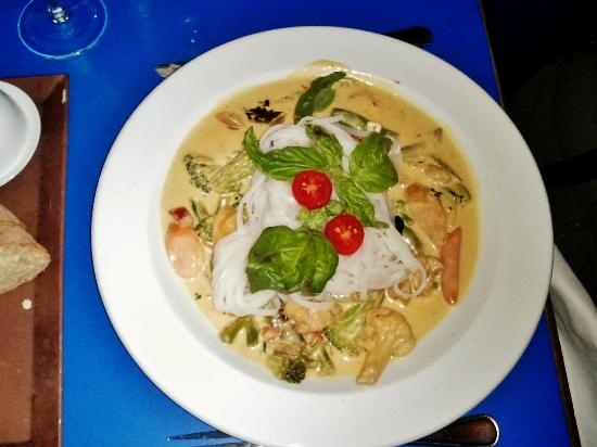 Paula's Bistro: vegan Thai curry with spring vegies & rice noodles