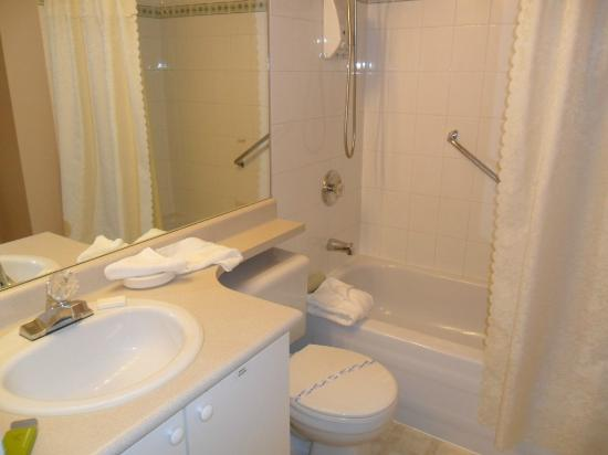 Times Square Suites Hotel: Bathroom, Suite 404