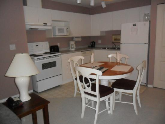 Times Square Suites Hotel: Kitchen/dining area, Suite 404