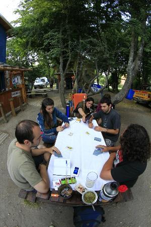 Camping & Hostel Los Coihues: Mesa de patio