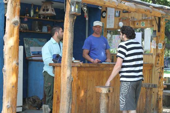 Camping & Hostel Los Coihues: Bar del camping