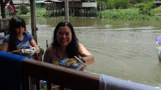 Reunrimnam Resort: Food from a river boat vender