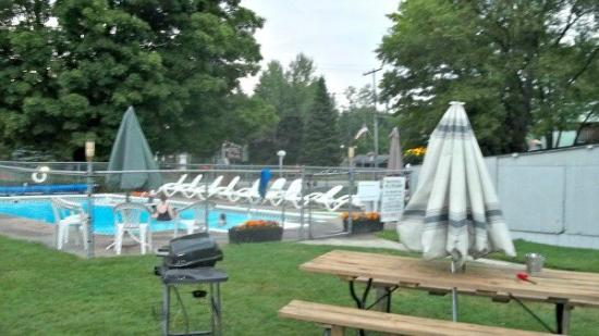 Christy's Motel: Pool, picnic, grill area