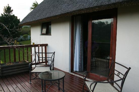 Knysna Country House: Veranda of the Gardenhouse with view over town and bay.
