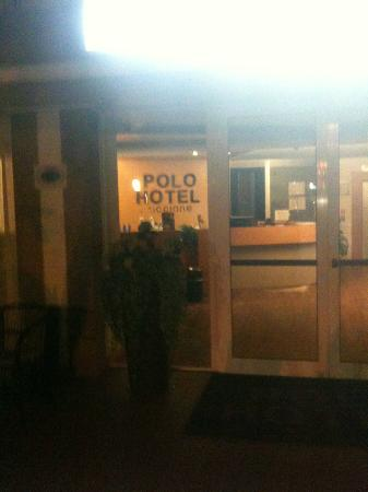 Polo Younique Hotel: entrata di notte