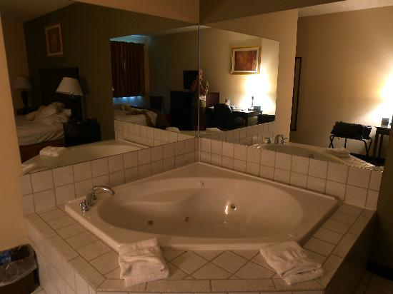 Comfort Inn Whitehall: Large hot tub in first floor room