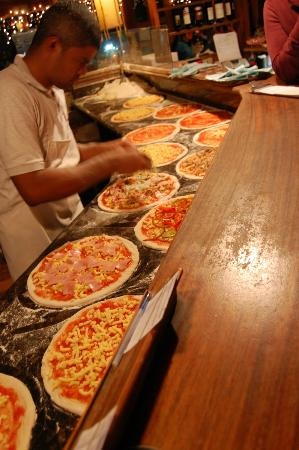 Tramonti : prepping pizza