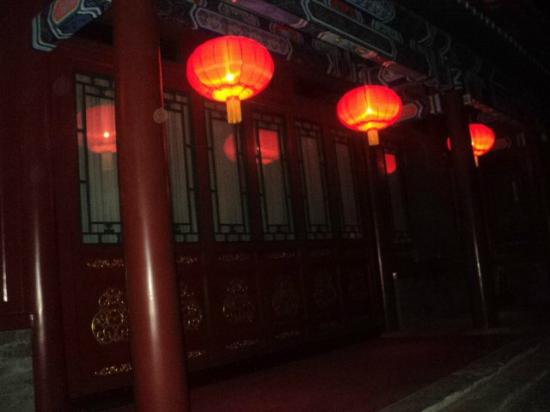 Soluxe Sunshine Courtyard Hotel: Lanterns in the courtyard at night