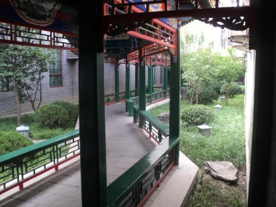 Soluxe Sunshine Courtyard Hotel: Covered walkway