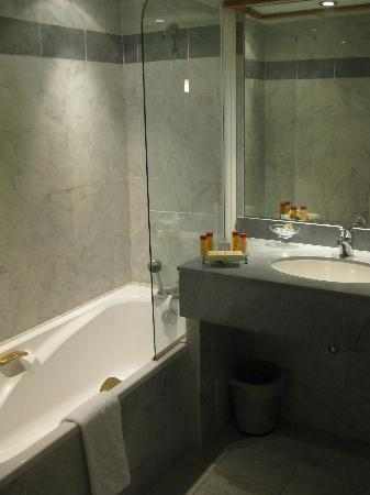 Sun Riviera Hotel: Separate shower/bath