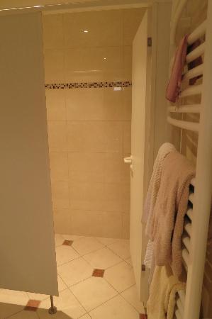 Hotel de la Sure : Inside the bathroom
