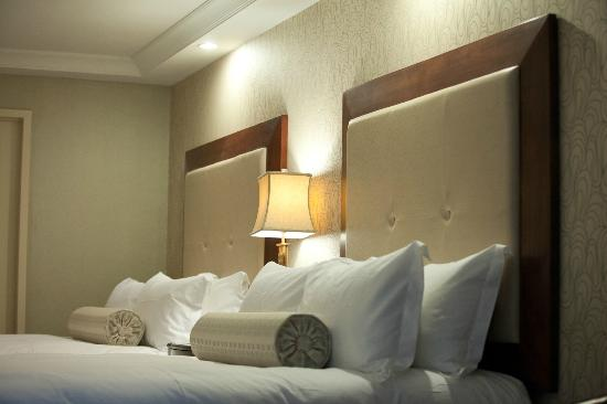 Town & Country Inn and Suites: Contemporary Two Queen Guestroom
