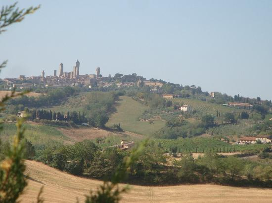 ‪لا مورمورايا: Morning view of San Gimignano from the property