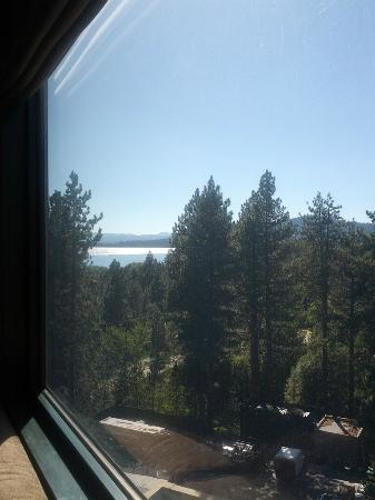 Hyatt Regency Lake Tahoe Resort, Spa and Casino: Peekaboo view of the lake from room 905