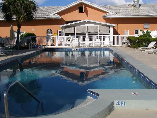 Island Sun Inn: Pool & back porch of the