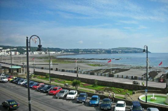 Ellan Vannin Hotel: Beach and Promenade.