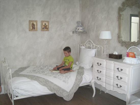 L'Ange est Reveur: Kinderkamer met 2 aparte bedden en plaats voor een derde bed of kinderbed