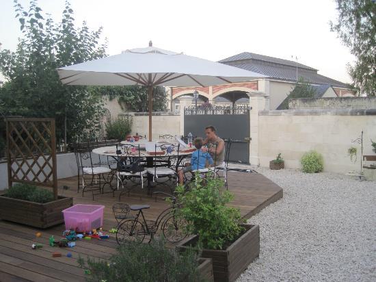 L'Ange est Reveur: Zeer mooi aangelegde tuin met terras voor het ontbijt