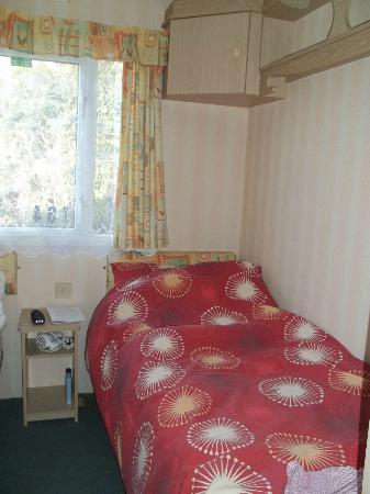 Tarka Holiday Park: Twin Bedroom (there is a double en suite bedroom too)