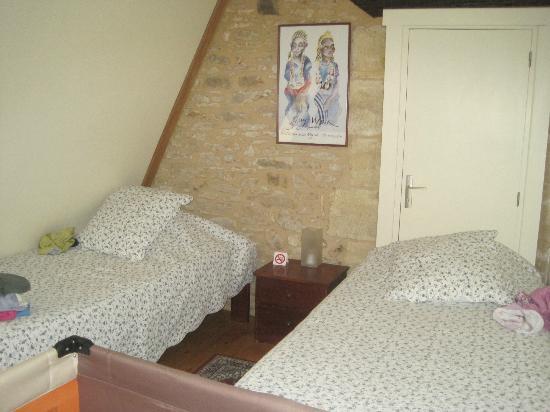 Le Chevrefeuille: Kinderkamer met 2 aparte bedden (de deur achter de bedden is afgesloten)