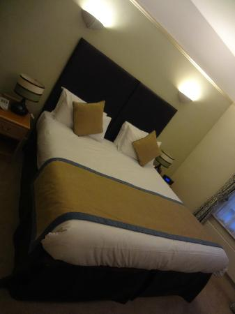 Stratford Limes Hotel: The giant bed