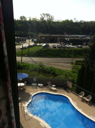 ‪‪Hampton Inn Pittsburgh/West Mifflin‬: not so pretty view and noisey from the pool