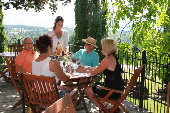 Skimmerhorn: Guests enjoying our Bistro and deck.