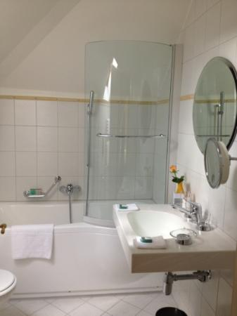 Angleterre & Residence Hotel: bathroom. top!