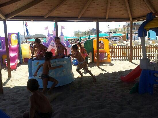 Park Hotel Kursaal: giochi in spiaggia con tettoia e all'ombra bagno 55 di Misano