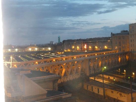 Hôtel At Gare du Nord : Vu de la chambre sur la gare de l'est