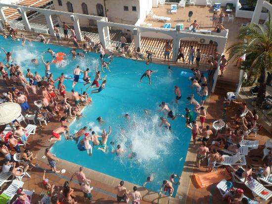 Apartamentos Deya: pool party