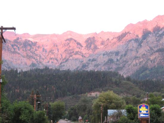 Twin Peaks Lodge & Hot Springs: Sunset in Ouray