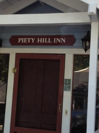 Piety Hill Cottages Motel and B&B Inn: main entrance