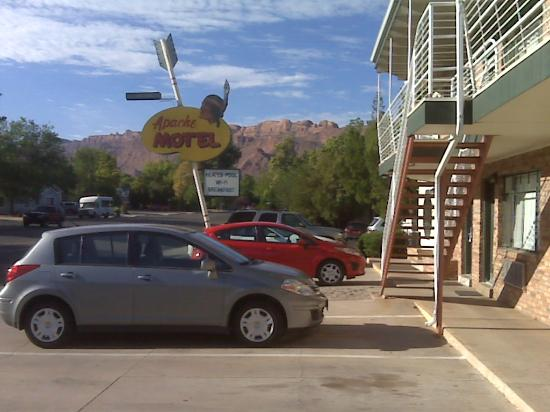 Apache Motel: Parking lot